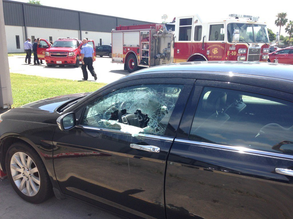 The window of the car was smashed open to rescue the child locked inside. (KRIS)