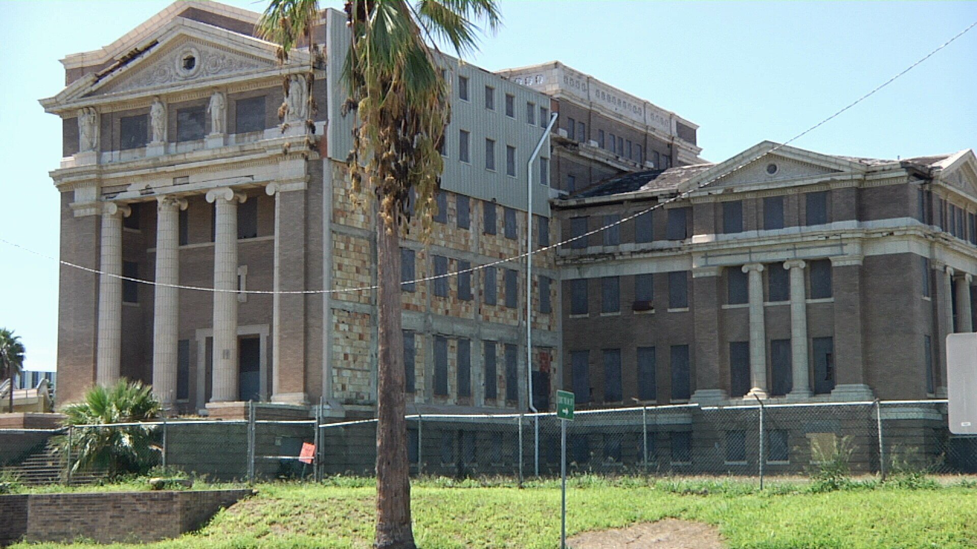 The Texas Historical Commission says the old courthouse could be turned into luxury apartments and make a profit.