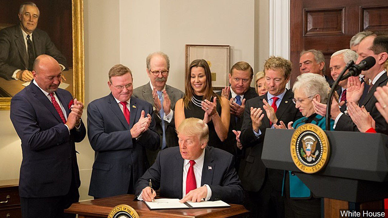 PHOTO: President Trump signs an executive order on health care in the Roosevelt Room of the White House, Photo Date: 10/12/2017