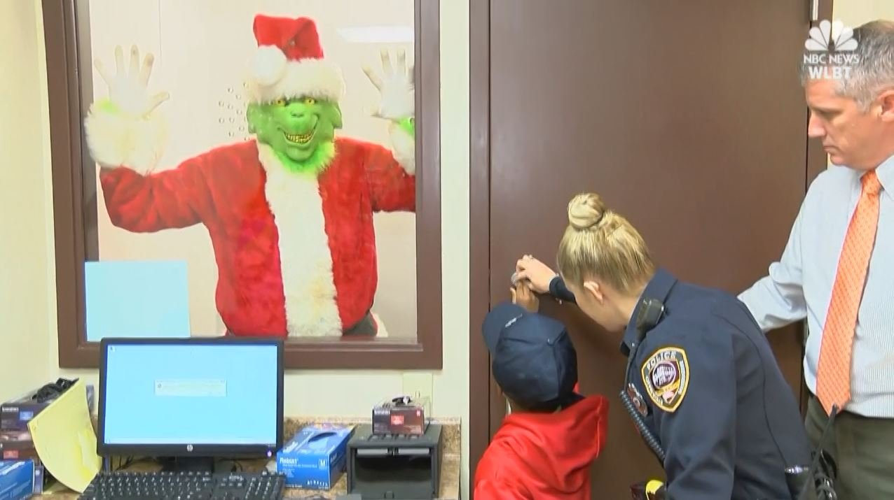 Boy calls 911 to catch the Grinch